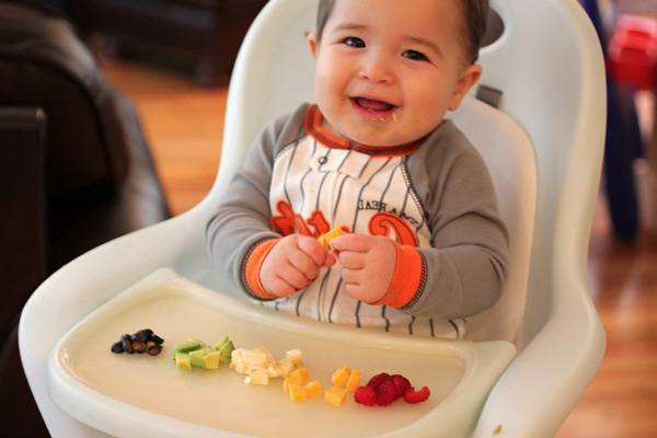 Bebé de 12 meses comiendo