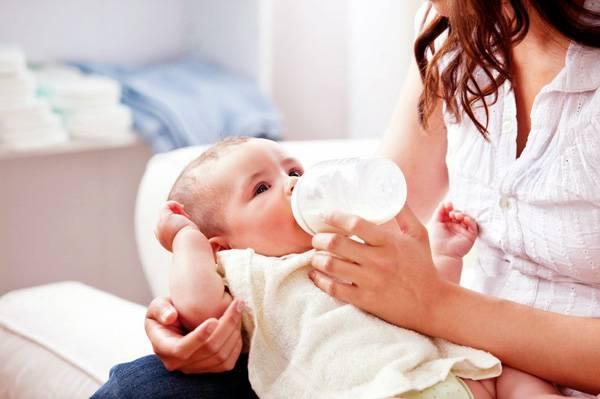 Bebé de 4 meses tomando biberón