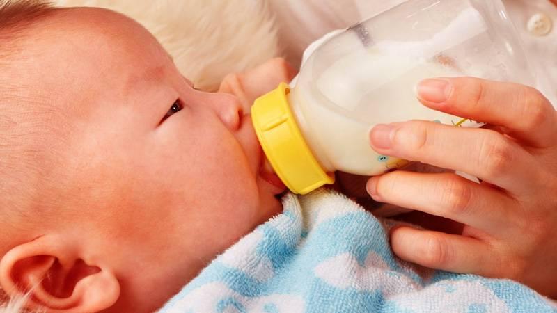 bebe recién nacido tomando biberón