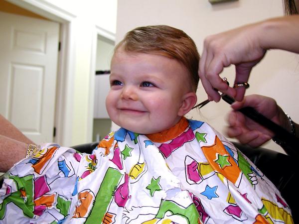 primer corte de pelo de un bebé recién nacido